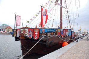 Bunt beflaggtes Heck der Hanse-Kogge Ubena von Bremen