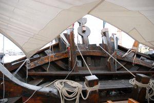 Buch der Hansekogge, mit einer Segeltuchplane überspannt