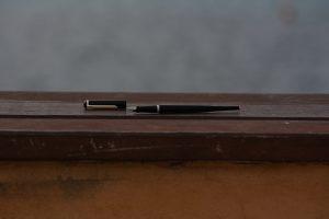 Schreib-Füller auf einer Brüstung an der See
