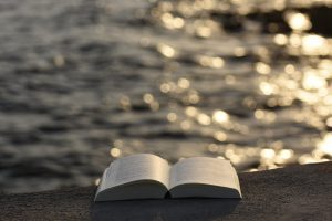 Aufgeschlagenes Buch auf einer Brüstung