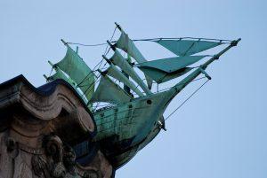 Schiff unter Segeln auf einem Hausgiebel