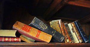 Alte Bücher auf einem Regal