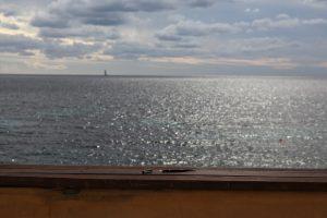 Schreib-Füller, im Hintergrund die See